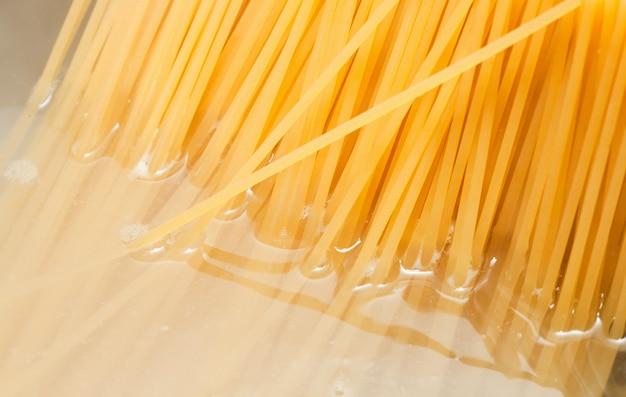 Pot en acier et spaghetti