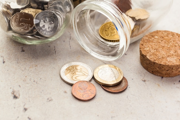 Pot d'argent avec des pièces