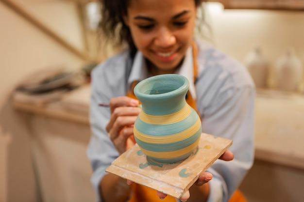 Pot d'argile peinture femme floue