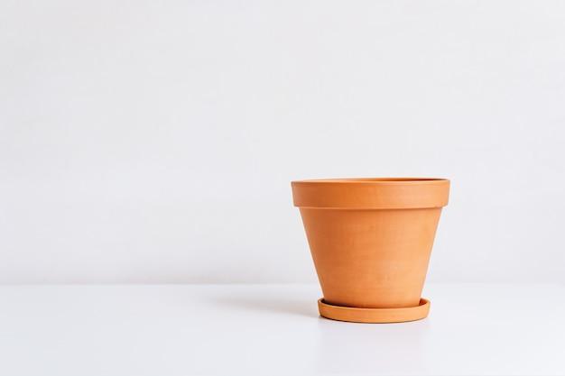 Pot d'argile pour plantes à la maison isolé sur fond blanc avec espace de copie.
