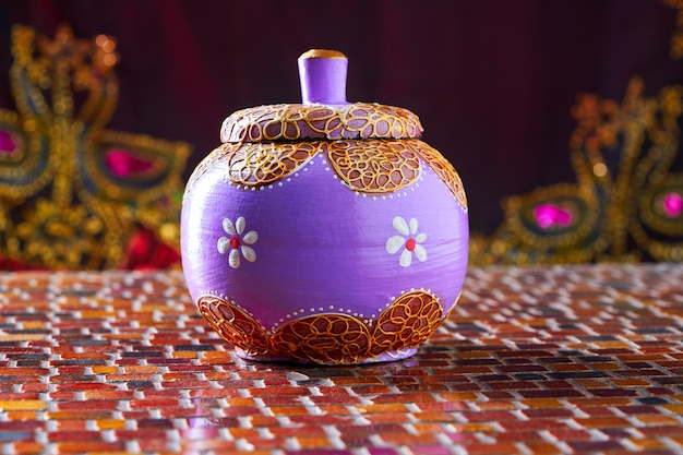 Pot artisanal violet en bois indien