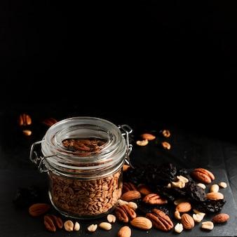 Pot à avoine avec mélange de noix et dattes