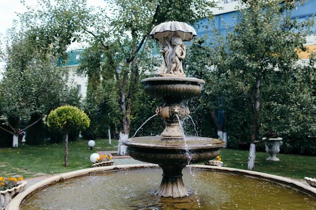 Pot la belle fontaine dans le jardin