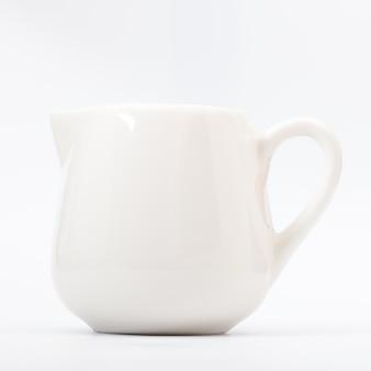 Pot blanc sur blanc isolé