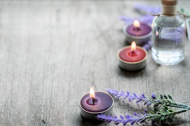 Pot de bougies et fleurs sur un plancher en bois, espace de copie.