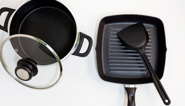Pot et casserole en acier inoxydable sur fond blanc