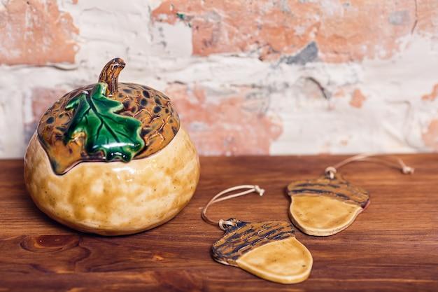 Pot en céramique émaillée en forme de gland avec couvercle.