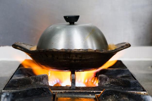 Pot chaud d'argile sur la cuisinière à gaz