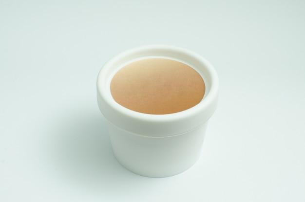 Pot de crème blanc isolé. paquet de produits de soins de la peau. contenant de crème pour le visage beauté opaque. place pour le logo. cosmétiques, lotion