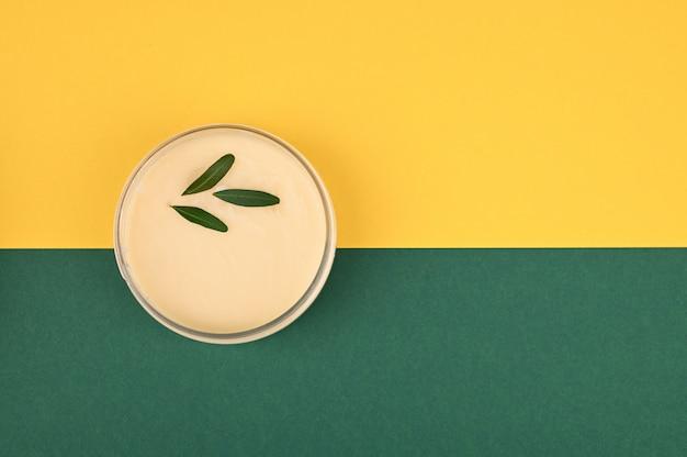 Pot avec crème végétale. vue d'en-haut. lieu d'inscription