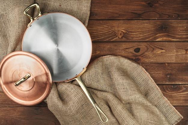 Pot en cuivre sur la vue de dessus de table en bois foncé