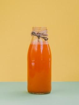Pot avec du jus de carotte frais et biologique