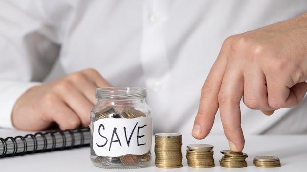 Pot d'épargne avec graphique en pièces de monnaie