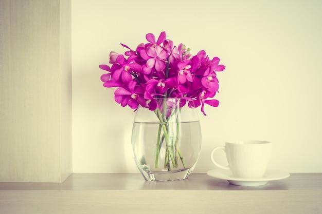 Pot de fleur et une tasse de café