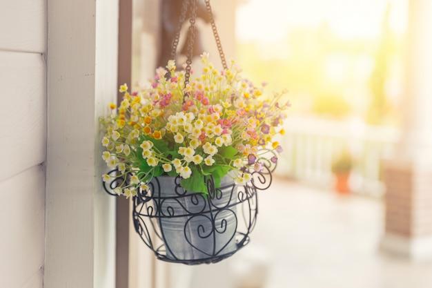 Pot de fleurs suspendu, construction de décoration nature dans l'espace public.