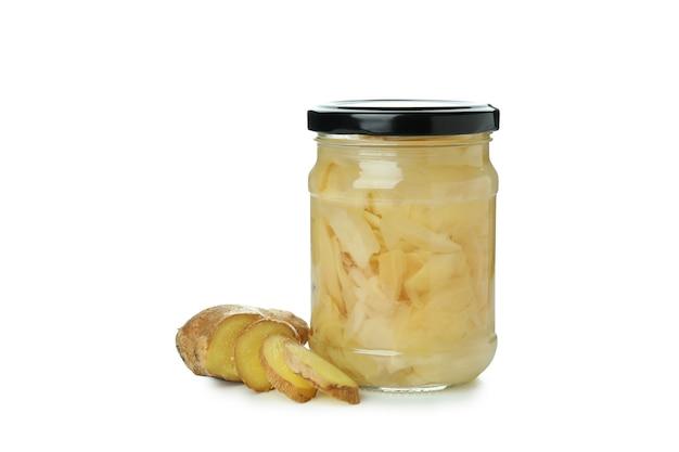 Pot de gingembre mariné isolé sur blanc