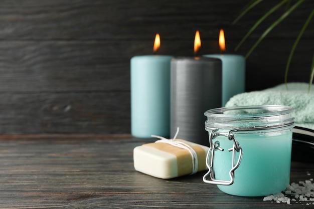 Pot avec gommage et fournitures de spa sur bois, espace pour le texte