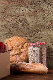 Pot avec haricots et arrangement de pain savoureux