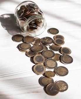 Pot haute vue pleine de pièces en euros