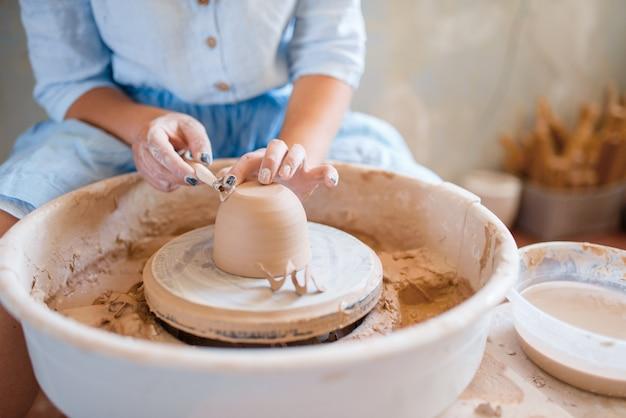 Pot humide sur poterie en atelier