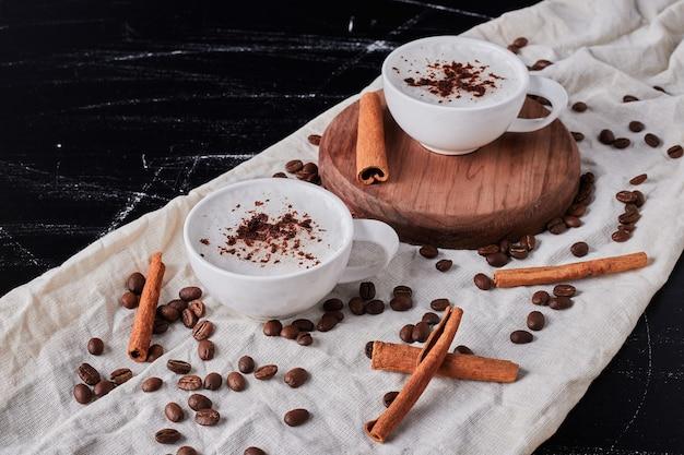 Pot de lait avec du café en poudre et des haricots.