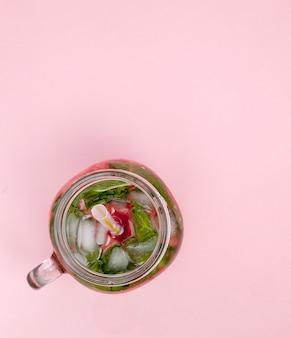 Pot de limonade fraîche froide avec morceau de pastèque et glace