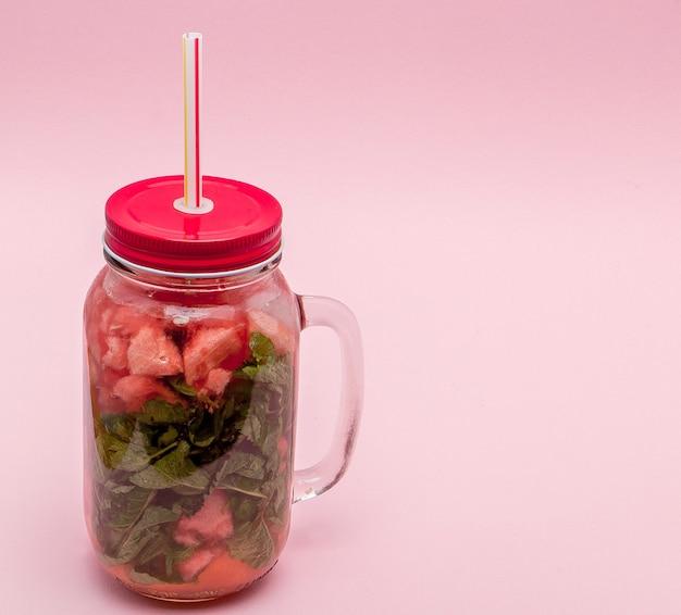 Pot de limonade fraîche froide avec morceau de pastèque et pailles