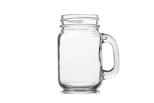 Pot mason ou pot à boire avec poignée sur blanc