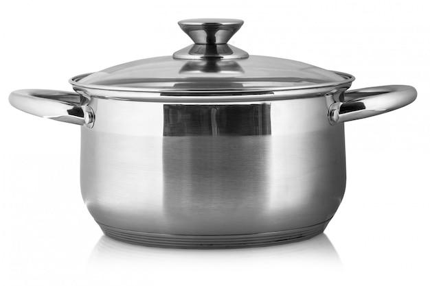 Pot en métal avec couvercle en verre et poignées en plastique isolés sur fond blanc