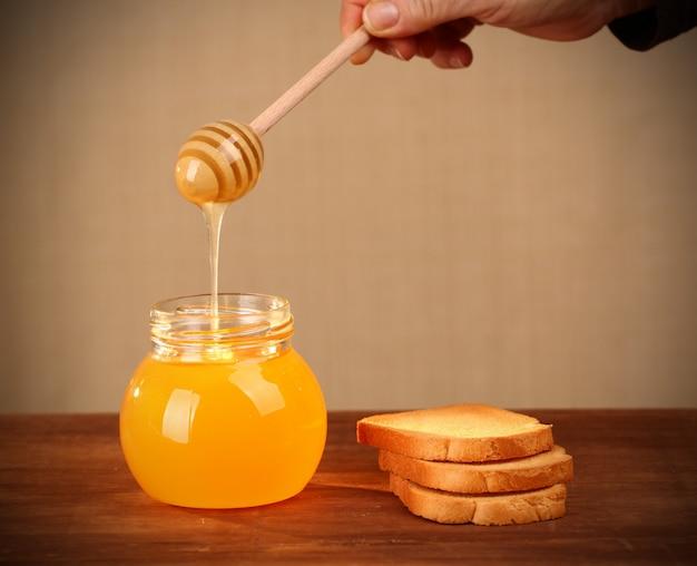 Pot de miel et de biscottes