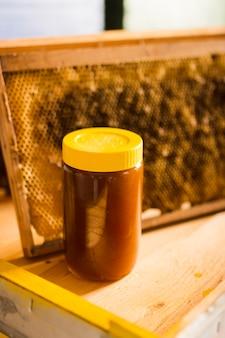 Pot de miel avec couvercle jaune