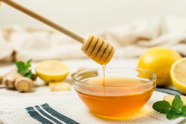 Pot de miel avec une cuillère