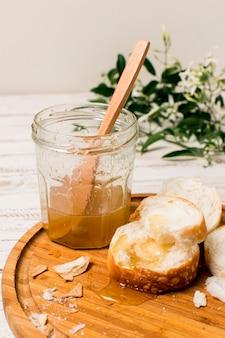 Pot de miel avec du pain