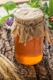 Pot de miel liquide sur une surface en bois