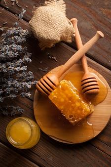Pot à miel et nid d'abeille. noix et pommes au miel et noix de toutes sortes
