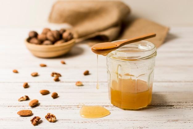 Pot de miel avec des noix