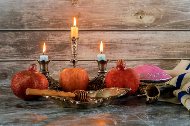 Pot de miel et pommes fraîches et mûres. jewesh symboles du nouvel an. rosh hashanah