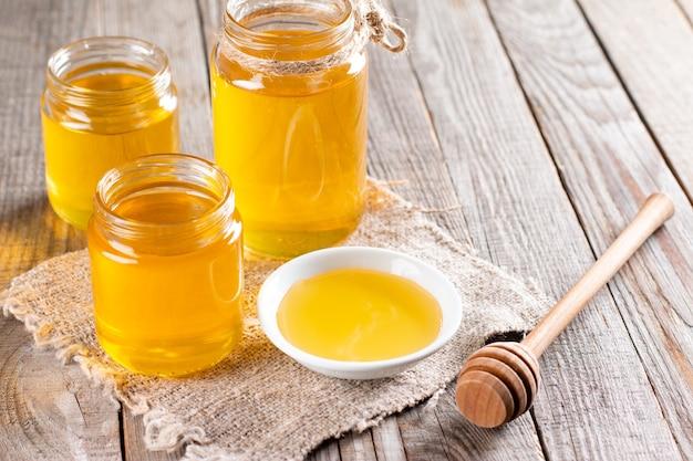 Pot de miel sur une table en bois