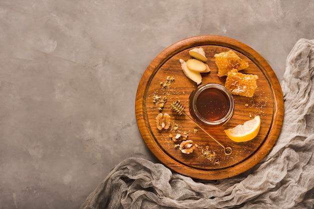 Pot de miel vue de dessus avec de la nourriture et de miel