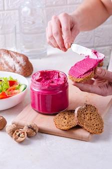 Pot avec pâté de betterave. alimentation saine, système végétalien. agréable collation appétissante - sandwich à la betterave et pâté de noix