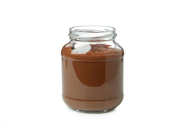Pot avec de la pâte de chocolat isolé sur fond blanc