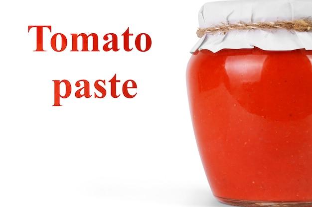 Pot avec de la pâte de tomate isolated on white