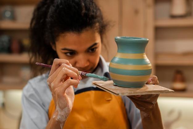 Pot de peinture femme plan moyen