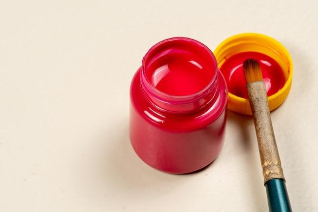 Pot de peinture gouache ouvert avec le couvercle sur le côté