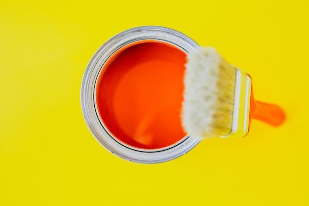 Pot de peinture avec pinceau pour réparations isolé