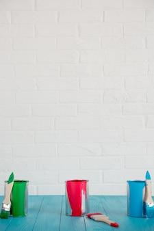 Pot de peinture sur table en bois. concept de rénovation de printemps
