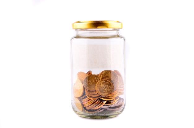 Pot avec des pièces de monnaie, de l'argent isolé sur blanc