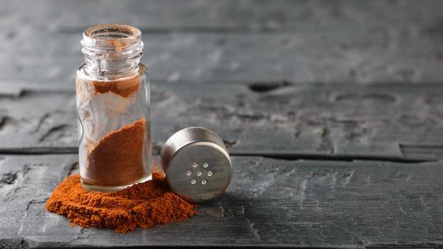 Un pot de poivron rouge sur la table rustique