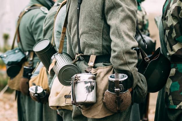 Un pot, un pot et une forme du soldat allemand