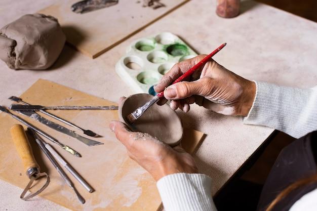 Pot de poterie peinture gros plan